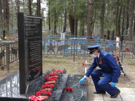 Возложение цветов на братскую могилу